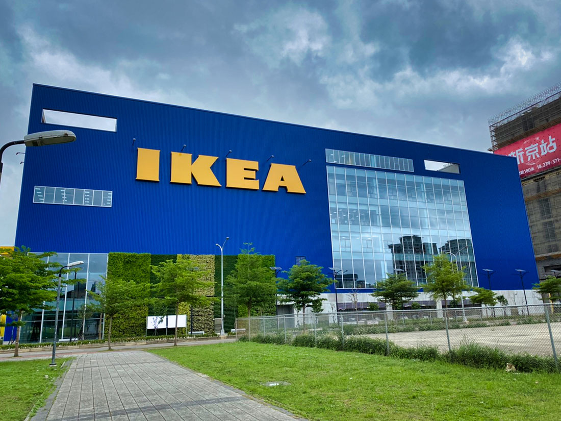 案名:桃園青埔IKEA,使用產品:屋頂外牆彩色鋼板,彩色鋼板的重點在於, 防鏽蝕以及, 鋼板褪色, 鋼板退色, 暨台中IKEA旗艦店後,本司再度配合IKEA展店,於青埔再完成一案,施作位置即是屋頂外牆彩色鋼板,另外彩色鋼板最常遇到的問題就是, 鋼板褪色, 鋼板退色, 以及鏽蝕等問題,屋頂外牆彩色鋼板是一個外觀上看不出差異,但價格上可以有很大差異的產品,材料進場前的相關檢核非常重要4