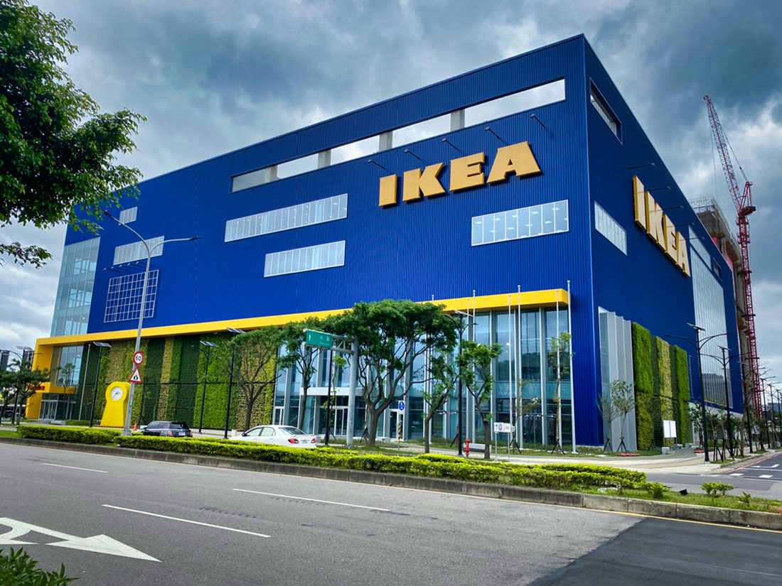 案名:桃園青埔IKEA,使用產品:屋頂外牆彩色鋼板,彩色鋼板的重點在於, 防鏽蝕以及, 鋼板褪色, 鋼板退色, 暨台中IKEA旗艦店後,本司再度配合IKEA展店,於青埔再完成一案,施作位置即是屋頂外牆彩色鋼板,另外彩色鋼板最常遇到的問題就是, 鋼板褪色, 鋼板退色, 以及鏽蝕等問題,屋頂外牆彩色鋼板是一個外觀上看不出差異,但價格上可以有很大差異的產品,材料進場前的相關檢核非常重要3