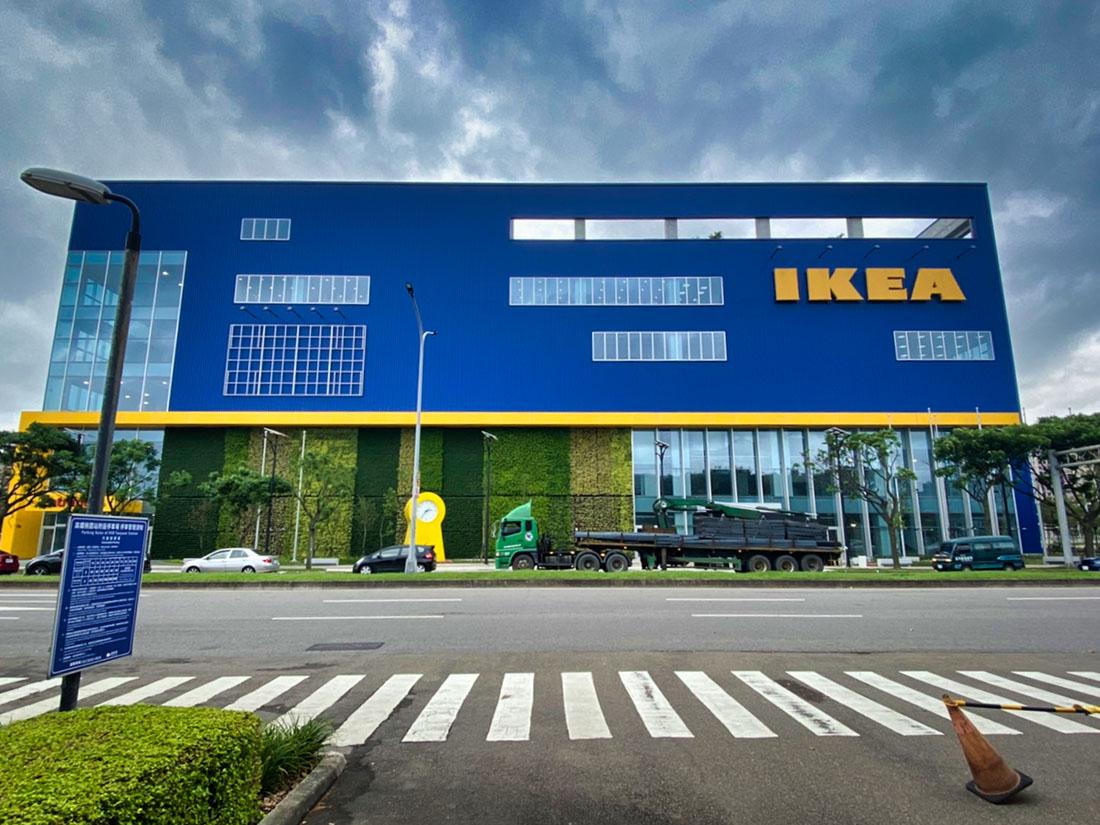 案名:桃園青埔IKEA,使用產品:屋頂外牆彩色鋼板,彩色鋼板的重點在於, 防鏽蝕以及, 鋼板褪色, 鋼板退色, 暨台中IKEA旗艦店後,本司再度配合IKEA展店,於青埔再完成一案,施作位置即是屋頂外牆彩色鋼板,另外彩色鋼板最常遇到的問題就是, 鋼板褪色, 鋼板退色, 以及鏽蝕等問題,屋頂外牆彩色鋼板是一個外觀上看不出差異,但價格上可以有很大差異的產品,材料進場前的相關檢核非常重要2